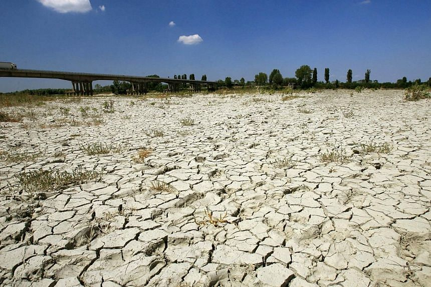 The dried up bed of the Po river, which flows 652 km eastward across northern Italy, from Monviso (in the Cottian Alps) to the Adriatic Sea near Venice on July 25,2007.The United States and China, the biggest greenhouse gas polluters, cou