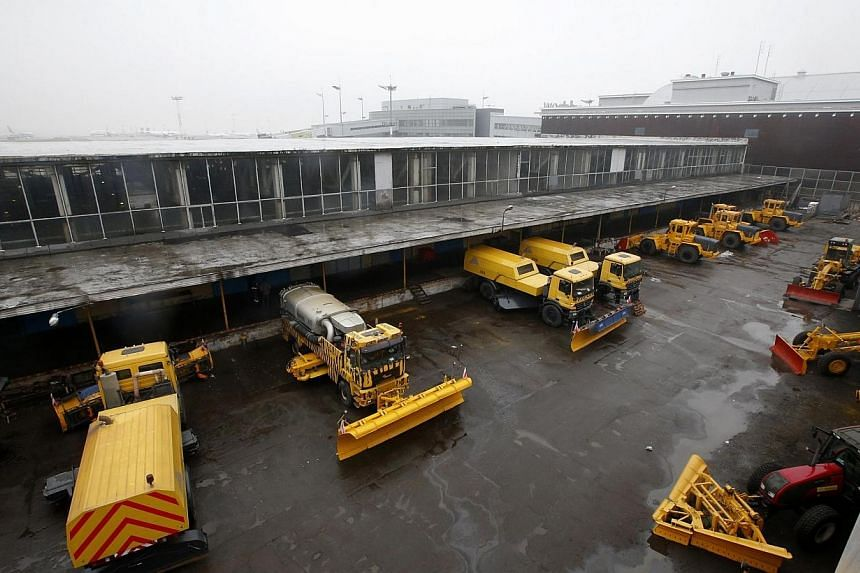 Snow ploughs are seen at Moscow's Vnukovo airport, Oct 21, 2014. Russia's transportation watchdog said on Tuesday that the plane in which the head of French oil major Total, Christophe de Margerie, was killed in a Moscow airport late on Monday crashe