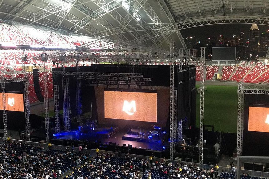 Audiences get ready for Mariah Carey's two hour concert at the National Stadium on Oct 24, 2014. -- ST PHOTO: NATASHA ZACHARIAH