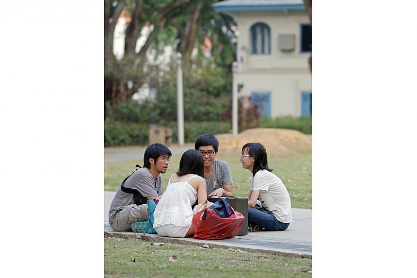 Bloggers Han Hui Hui (right) and Roy Ngerng (second from right)turned up in Hong Lim Park on Saturday, 25 Oct 2014, at about 4pm. -- ST PHOTO:SEAH KWANG PENG