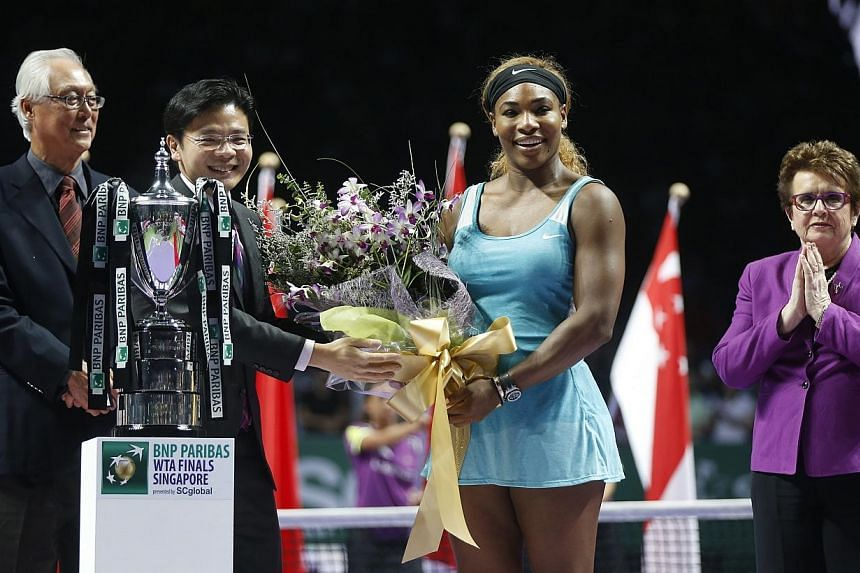 Lawrence Wong, Minister for Culture, Community and Youth & Second Minister for Ministry of Communications and Information, presenting a bouquet of flowers to winner Serena Williams as Emeritus Senior Minister Gok Chok Tong and tennis legend Billi