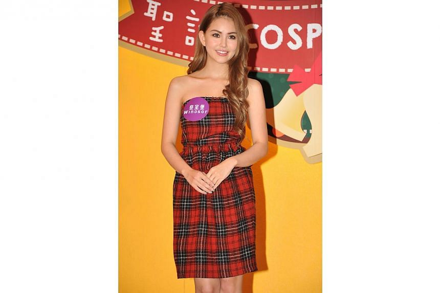 Model Hannah Quinlivan, singer Jay Chou's girlfriend, talks wedding plans when she appears at Windsor House, a mall in Hong Kong, on Sunday, Nov 2, 2014.-- PHOTO:APPLE DAILY