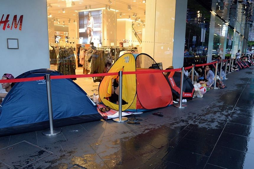 People eager to get their hands on the Alexander Wang x H and M collaboration have begun queuing today afternoon at Orchard before doors open for sale at 8am on Thursday. -- ST PHOTO:AZIZ HUSSIN