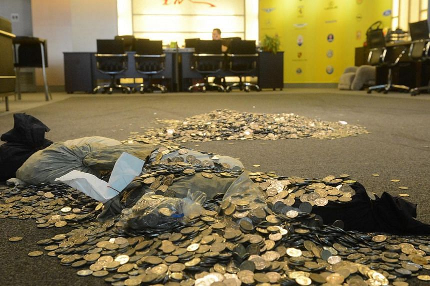 In yet another case of paying large sums in coins, a customer left $19,000 of coins in a car dealer's showroom on Tuesday. -- PHOTO:LIANHE WANBAO