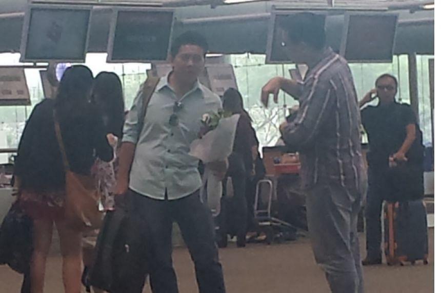 Mr Gabriel Kang having a conversation with Mr Thoai.--ST PHOTO: AW CHENG WEI
