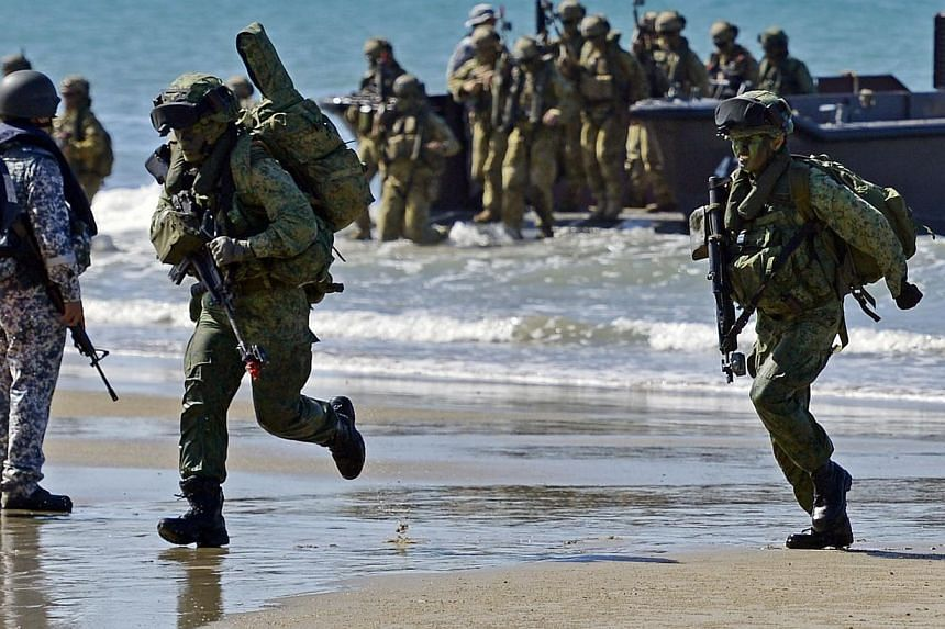 Troops from the Singapore Guards Formation of the Singapore Armed Forces and troops from the Seventh Australian Regiment of the Australian Defence Force land on the beach during the Ship-to-Shore projection during Exercise Trident, which is part of E