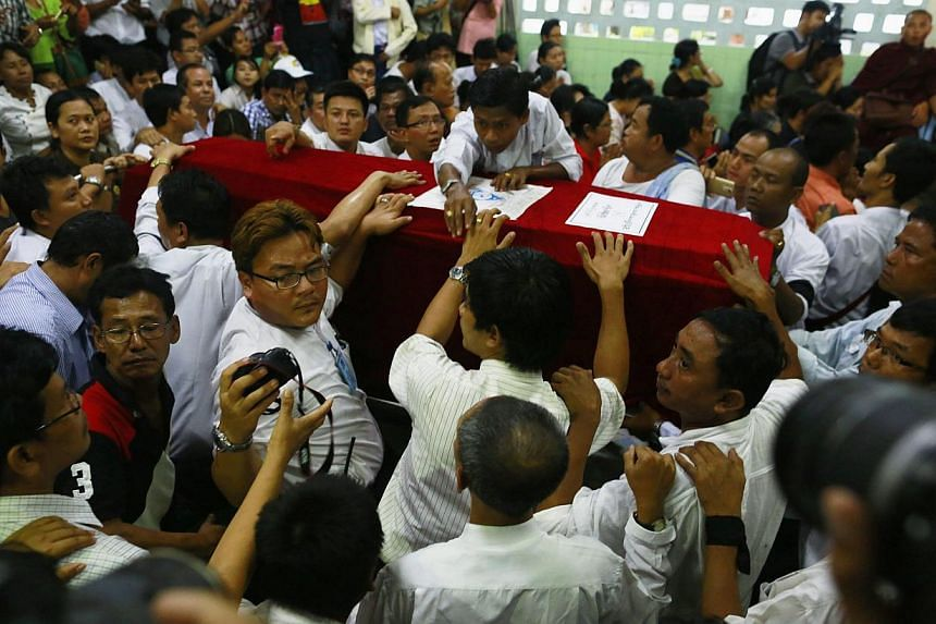 Supporters and relatives surround the coffin of slain journalist Par Gyi during his funeral ceremony at Yaway cemetery in Yangon, Nov 7, 2014.Myanmar authorities exhumed the body on Wednesday of a journalist killed in military custody, an
