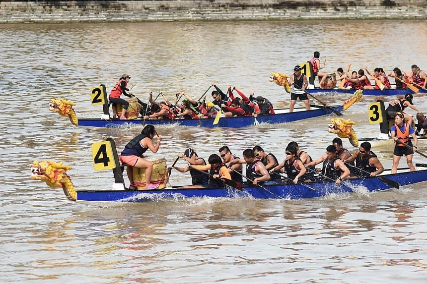 Participants of the 32nd Singapore River Regatta 2014 racing to the finish line. -- PHOTO: PA WATER-VENTURE
