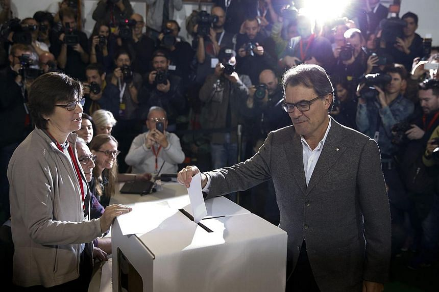 Catalan President Artur Mas casts his ballot in a symbolic independence vote in Barcelona on Nov 9, 2014. -- PHOTO: REUTERS