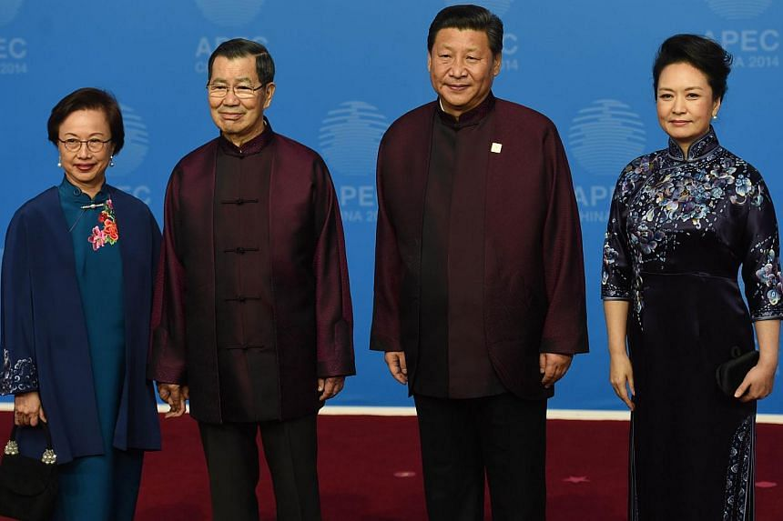 Taiwanese envoy to the APEC summit Vincent Siew (second, left) and Susan Chu (left) are welcomed by Chinese President Xi Jinping and his wife Peng Liyuan as they arrive for Asia-Pacific Economic Cooperation (Apec) Summit banquet at the Beijing Nation