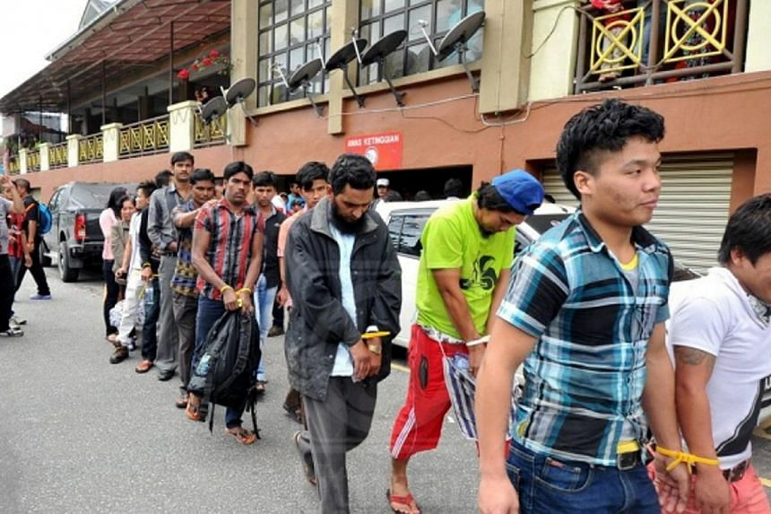 Clad in plainclothes, immigration officers went around six towns and detained 181 illegal immigrants trading illegally by the roadside in Cameron Highlands. -- PHOTO: UTUSAN MSIA