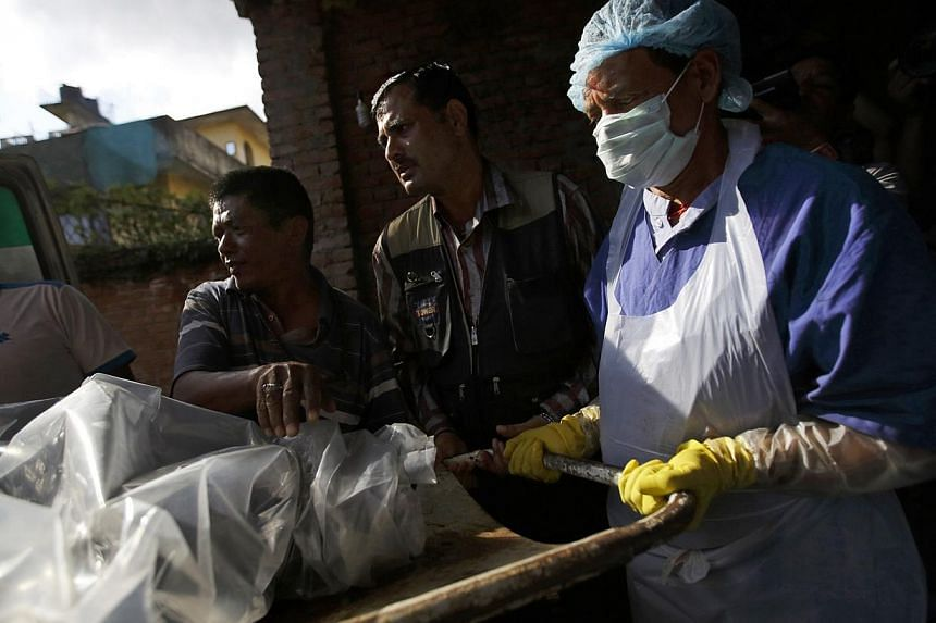 The body of a victim is moved into a morgue after it was brought back from the Annapurna Region in Kathmandu on Oct 17, 2014.Nepalese rescuers have retrieved the body of a Canadian woman who died in the massive snowstorm that claimed 43 lives i