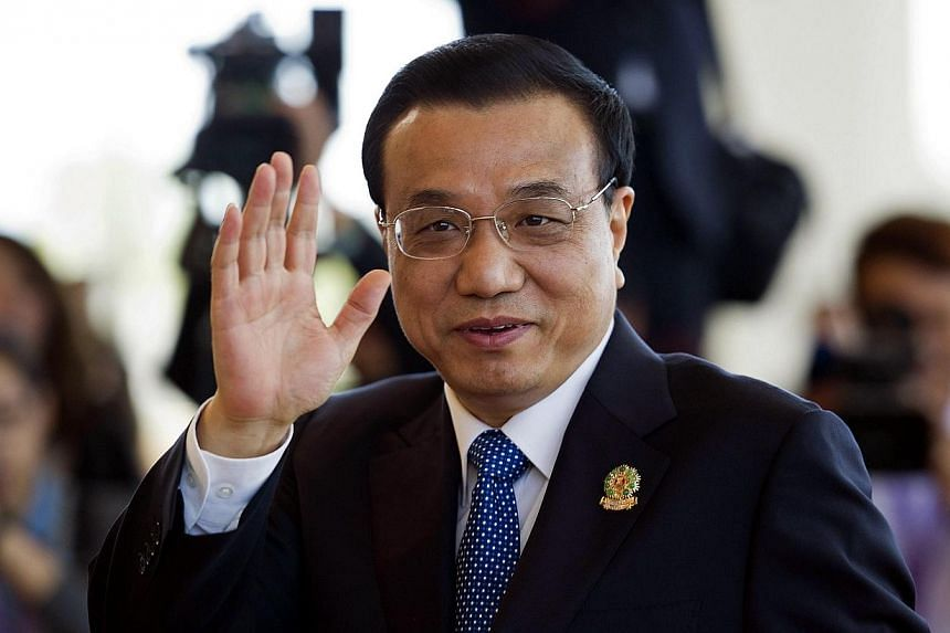 """China's Prime Minister Li Keqiang waves as he arrives to take part in the 9th East Asia Summit (ESA) Plenary Session in Myanmar's capital Naypyidaw on Nov 13, 2014.China's Prime Minister Li Keqiang proposed a """"friendship"""" treaty with Southeast"""