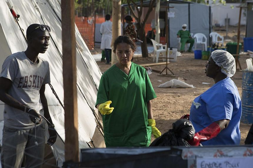 Health workers work at an Ebola treatment center in Bamako, Mali, on Nov 13, 2014.Mali is tracing at least 200 contacts linked to confirmed and probable Ebola victims as it seeks to control its second Ebola outbreak, health officials said on Fr