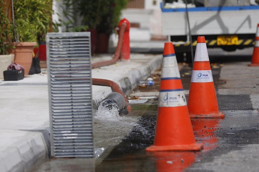 Water being pumped from the hydrant by PUB at Lorong Stangee on 14 Nov 2014. -- ST PHOTO: KEVIN LIM