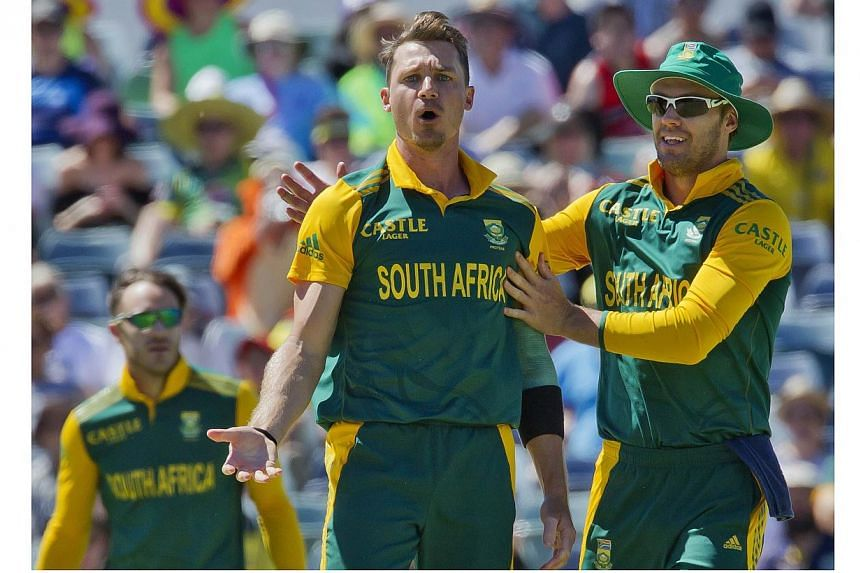 South African bowler Dale Steyn (centre) and captain AB de Villiers (right) react after taking the wicket of Australian batsman Nathan Coulter-Nile (not pictured) during the second one-day international (ODI) cricket match of the series between Austr