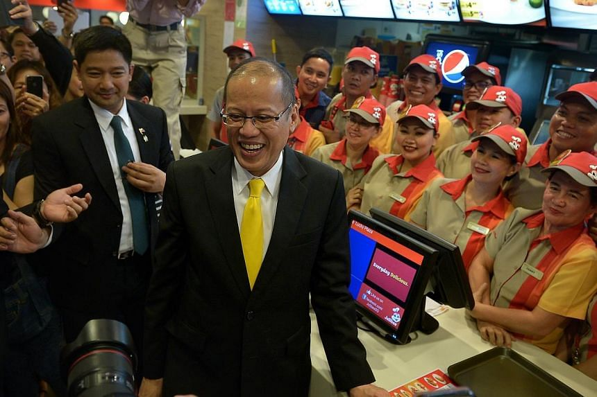 Philippine President Aquino makesa pitstop toJollibee Singapore in Lucky Plaza on Nov 19, 2014,the second and final day of a visit here. -- ST PHOTO: KUA CHEE SIONG