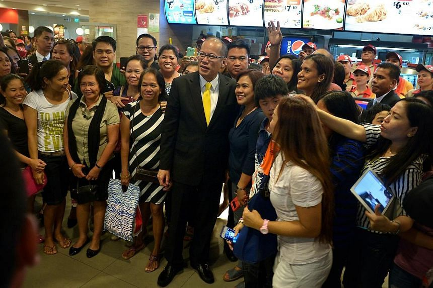 Philippine President Aquino taking a picture with his small gathering of fans at Jollibee Singapore in Lucky Plaza on Nov 19 2014. -- ST PHOTO: KUA CHEE SIONG