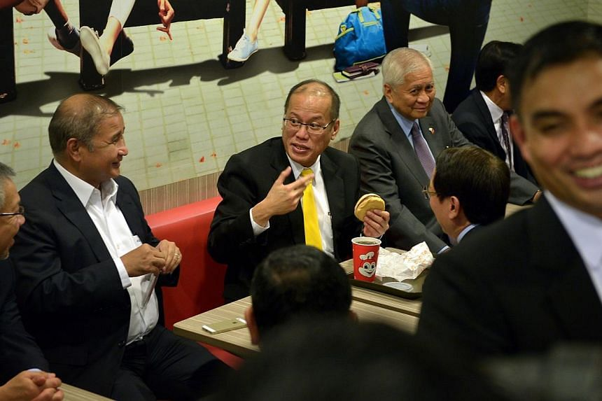 Philippine President Aquino dines at Jollibee Singapore in Lucky Plaza on Nov 19 2014. -- ST PHOTO: KUA CHEE SIONG