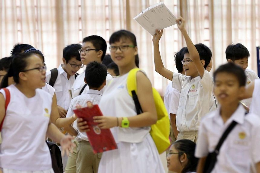 Kong Hwa School pupils collecting their Primary School Leaving Examination results on Nov 21, 2014. -- ST PHOTO: NEO XIAOBIN