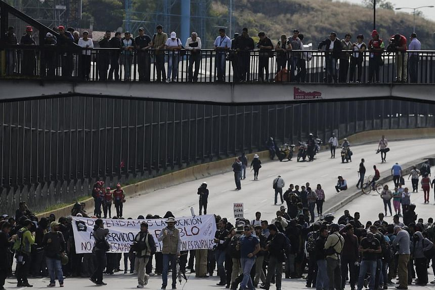 Demonstrators block an access road to Benito Juarez International airport during a protest over the 43 missing Ayotzinapa students in Mexico City Nov 20, 2014.Protesters furious at the presumed massacre of 43 students briefly blocked the main r