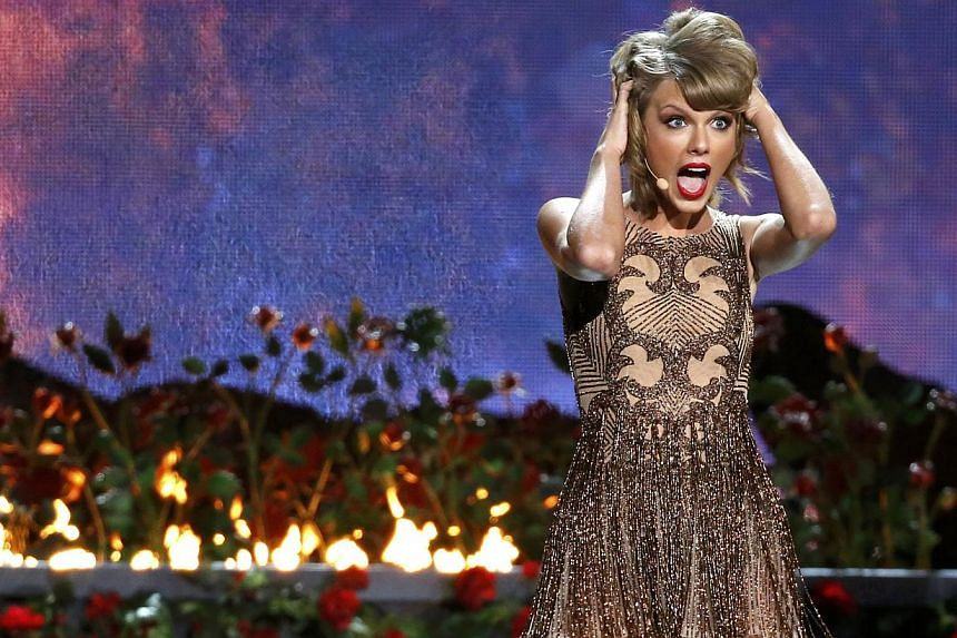 Taylor Swift performs Blank Space during the 42nd American Music Awards in Los Angeles, California on Nov 23, 2014. -- PHOTO: REUTERS