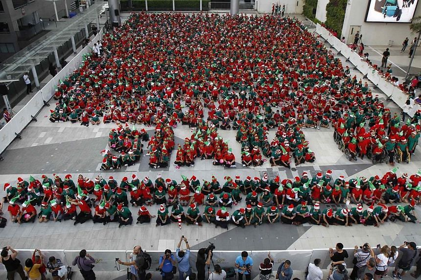 Students gather to break the Guinness World Record for the largest gathering of Christmas elves, outside a shopping mall in central Bangkok on Nov 25, 2014.-- PHOTO: REUTERS