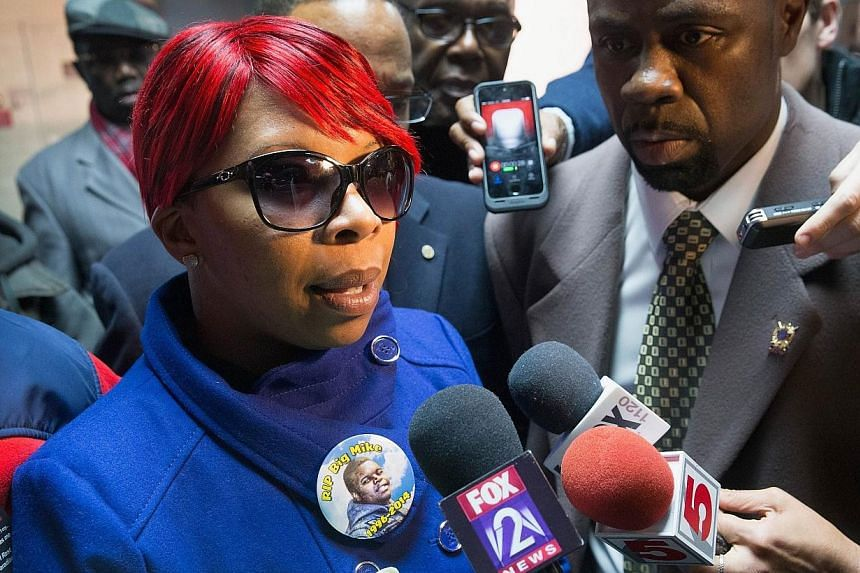 Michael Brown's mother Lesley McSpadden speaks to the press after arriving at St. Louis International Airport from Geneva, Switzerland where she addressed a United Nation's committee on torture on Nov 14, 2014 in St. Louis, Missouri. -- PHOTO: AFP