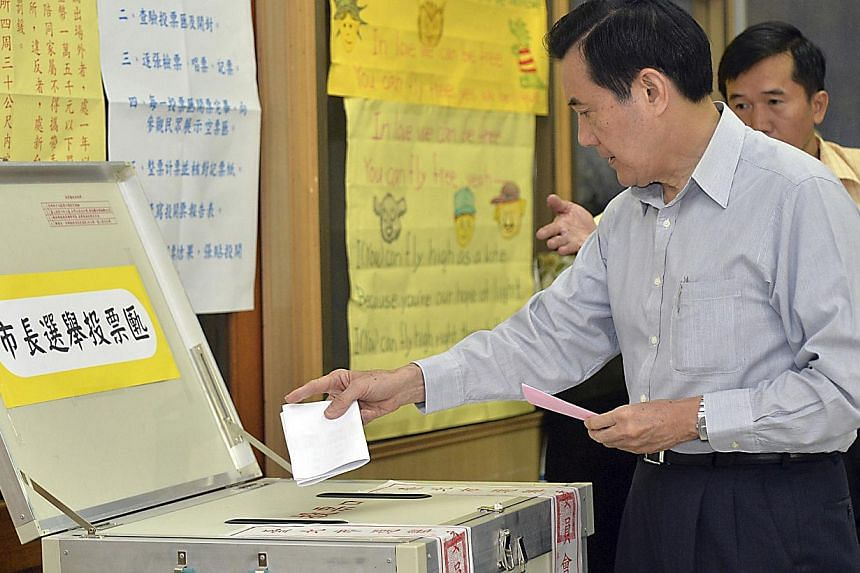 Taiwan's President Ma Ying-jeou casts his ballot at a voting station during local elections in Taipei on Nov 29, 2014. -- PHOTO: REUTERS