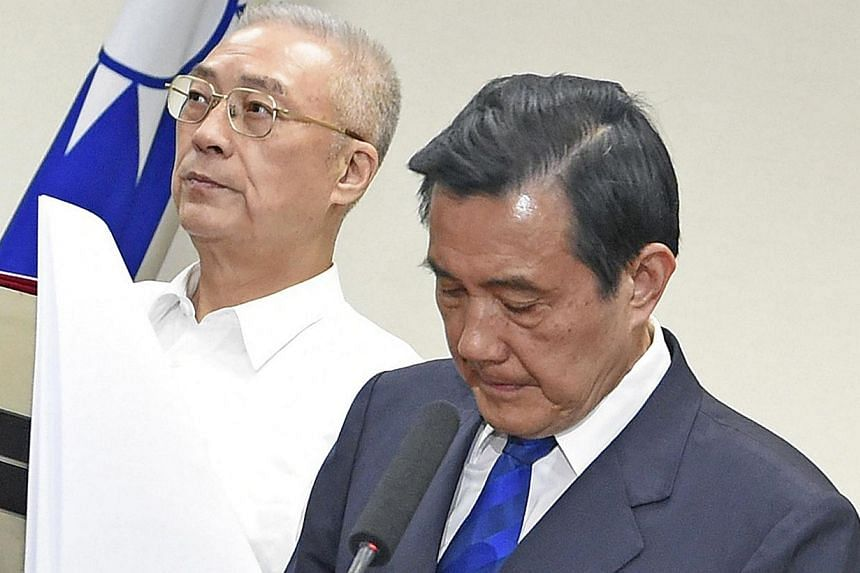 Taiwan President Ma Ying-jeou (right) bowing to apologise as Vice President Wu Dan-yih stands next to him at the ruling Kuomintang (KMT) headquarters in Taipei on Nov 29, 2014. Taiwan's Premier resigned after his Beijing-friendly ruling party suffere