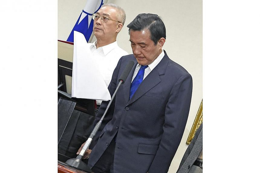 Taiwan President Ma Ying-jeou (right) bows to apologise as Vice-President Wu Den-yih stands next to him at the ruling Kuomintang (KMT) headquarters in Taipei on Nov 29, 2014. -- PHOTO: AFP