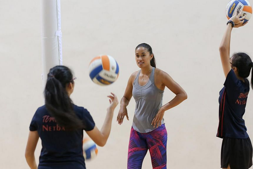 New Zealand international netball player Maria Tutaia coaching school players at the OCBC Arena in Singapore on Thursday, Dec 4, 2014. -- ST PHOTO: ONG WEE JIN