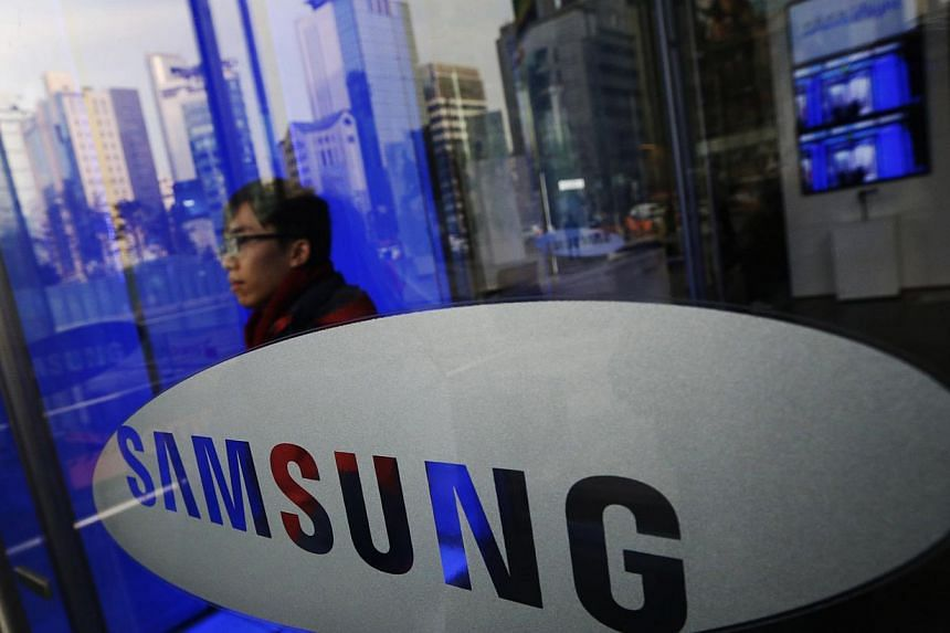 A man walks out of Samsung Electronics' headquarters in Seoul, in this Jan 6, 2014 file picture. Three deputies to the head of Samsung's mobile division are leaving, a person with knowledge of the matter said on Thursday, as the world's largest smart