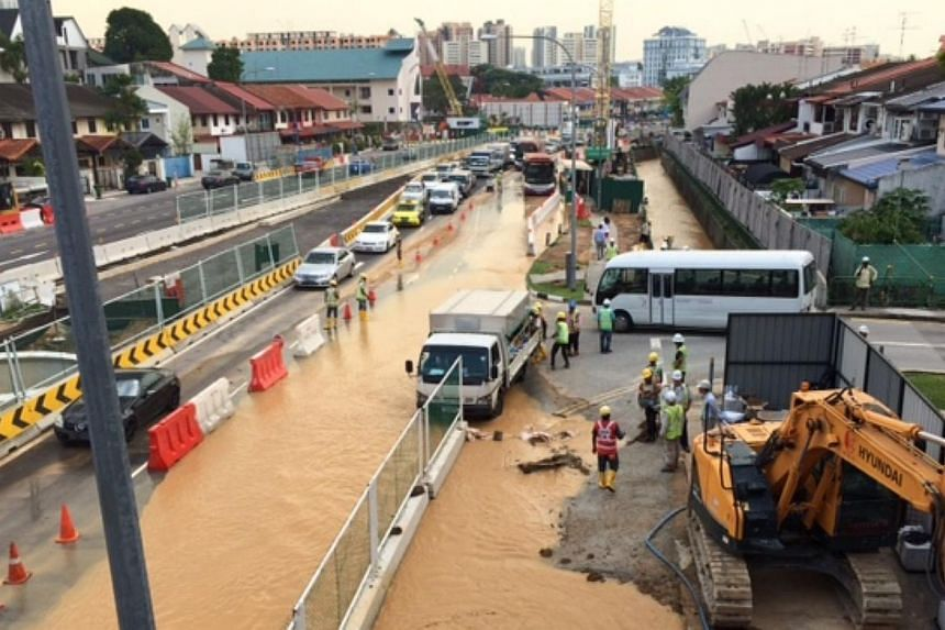 A pipe leak at the construction site of an MRT station led to flooding and a traffic jam at Upper Thomson on Friday. -- ST PHOTO