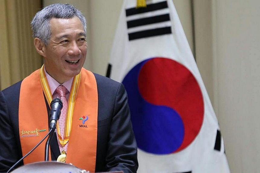Prime Minister Lee Hsien Loong was made an Honorary Citizen of Seoul, receiving the award from Seoul Mayor Park Won Soon. -- PHOTO: MCI