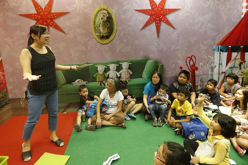 Author Adeline Foo engaging children at Ikea Tampines' Christmas storytelling event. -- ST PHOTO: CHEW SENG KIM