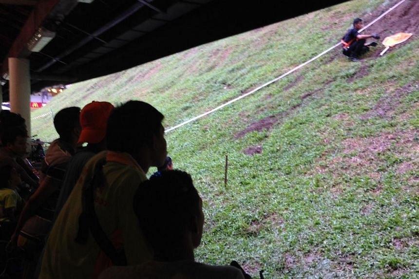 The rat busting operation at Bukit Batok MRT Station continued on Thursday evening, as more than a hundred curious onlookers gathered to watch pest busters trap and kill the rodents. -- ST PHOTO: YEO SAM JO