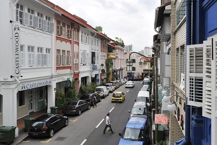 Truefitt and Hill, an old-style barbershop, is one of the businesses operating in the area. Quaint shophouses line Ann Siang Road. Most of them were constructed between 1903 and 1941 and were restored in 1993. Many retain pre-war features such as mos
