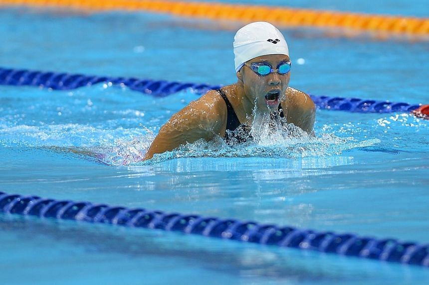 Nicole Lim competing on the last day of the National Swimming Championship.-- ST PHOTO: NG SOR LUAN