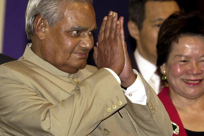 Indian PM Atal Bihari Vajpayee greets theaudience before delivering a lecture at the Shangri-La Hotel in Singapore. -- PHOTO: ST FILE