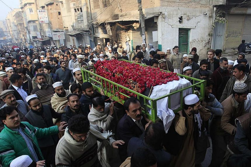 People carry the coffin of a male student killed in a school attack carried out by Taleban gunmen, during his funeral in Peshawar, Dec 17, 2014.Pakistani leaders have agreed to establish military courts for terrorism-related cases, after meetin
