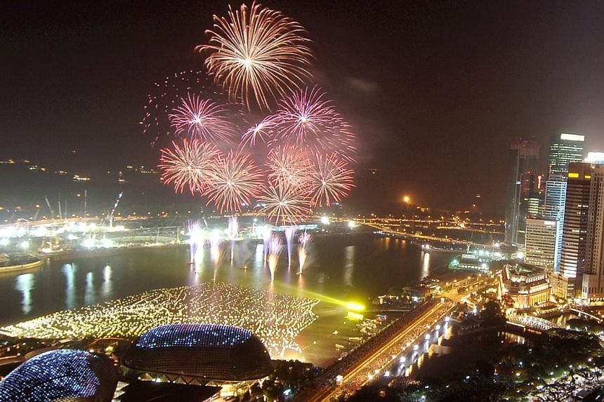 A spectacular 8 minute firework display against the Marina Bay skyline wowed a crowd of thousands which have gathered for the countdown to 2008. -- ST PHOTO: DESMOND FOO