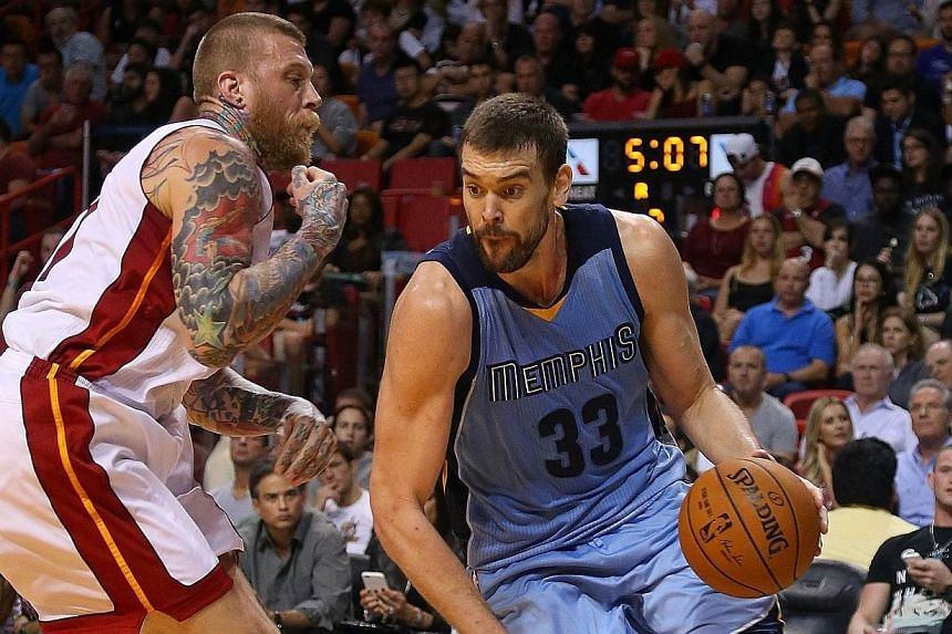 Marc Gasol #33 of the Memphis Grizzlies drives on Chris Andersen #11 of the Miami Heat during a game at American Airlines Arena on Dec 27, 2014 in Miami, Florida.Mike Conley scored 24 points and Marc Gasol added 22 points and 10 rebounds to pow
