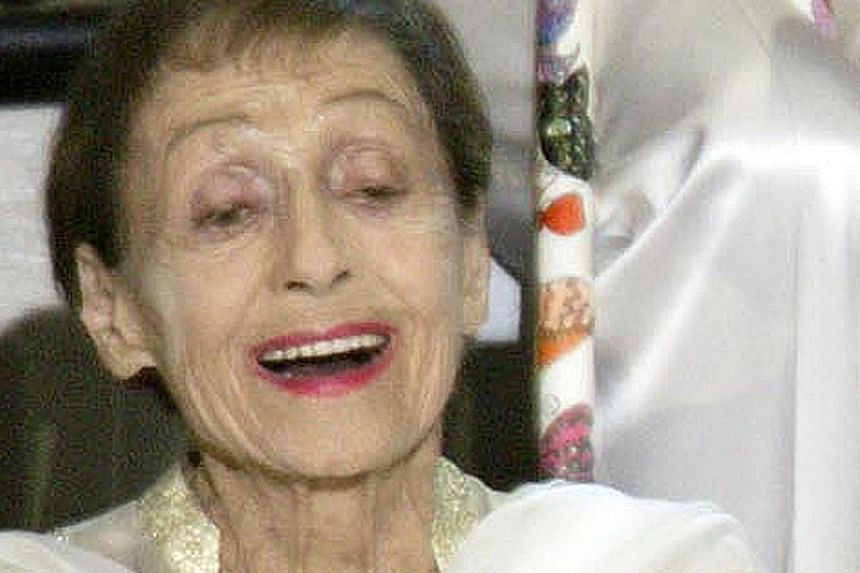 Double Oscar winner Luise Rainer poses for a picture as part of a group of 59 past Oscar winners at the 75th Annual Academy Awards celebration in Hollywood in this file photo taken March 23, 2003. Rainer, who won back-to-back Oscars in the 1930s, has