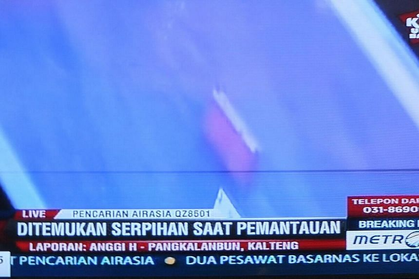 Items resembling an emergency slide and plane door have been seen in the search for AirAsia flight QZ8501. -- PHOTO: SCREENGRAB FROM METROTV