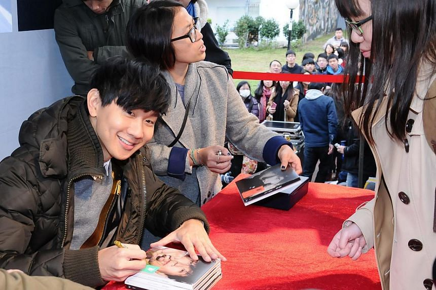 Singapore singer JJ Lin at an autograph session in Taiwan on Jan 1, 2015. -- PHOTO: XINHUA