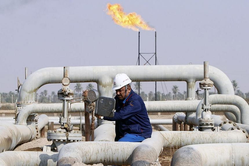 A labourer works at Nahr Bin Umar field, north of Basra, southeast of Baghdad, Nov 16, 2014.Iraq's oil exports reached their highest level in decades in December, the oil ministry's spokesman said on Saturday, but vital revenues were being hit