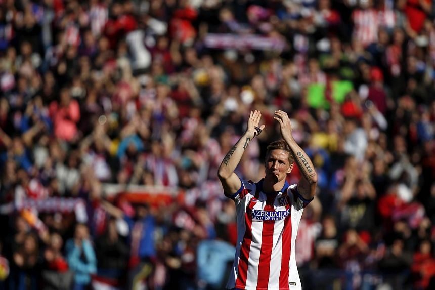 Spanish forward Fernando Torres acknowledges the fans' applause during his presentation ceremony at Vicente Calderon stadium in Madrid on Jan 4, 2015.-- PHOTO: REUTERS