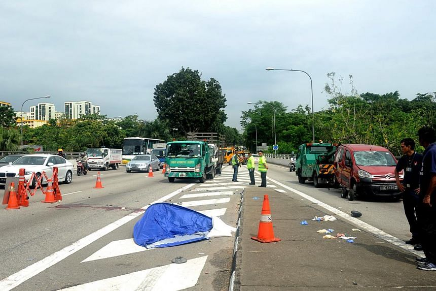A 25-year-old man was killed on Monday morning in a three-vehicle, rush hour collision on the Bukit Timah Expressway. -- ST PHOTO:TIFFANY GOH
