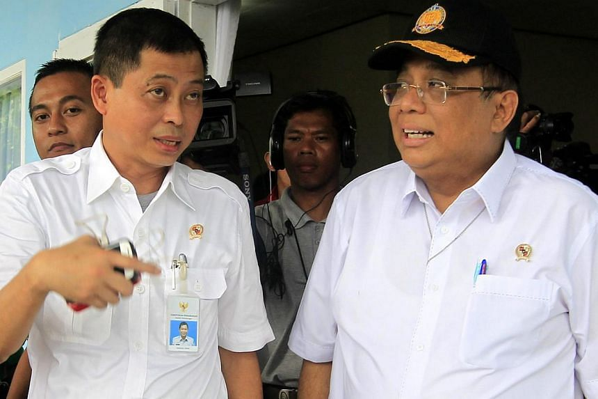 Indonesian Transportation Minister Ignasius Jonan (left) talks to Indonesian Coordinating Minister for Maritime Affairs Indroyono Soeasilo (right) during their visit at Iskandar Military Airport in Pangkalan Bun, Central Borneo, Indonesia, Jan 7, 201